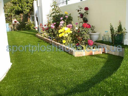 синтетический газон около дома - всегда зеленый, очень практичный и не требует ухода.