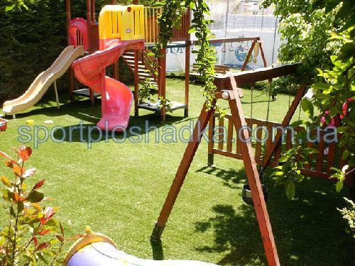 Синтетическая трава - очень практичное решение для детской площадки