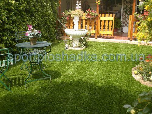 синтетический газон перед домом - всегда зеленый, красивый и очень практичный, не требует ухода.