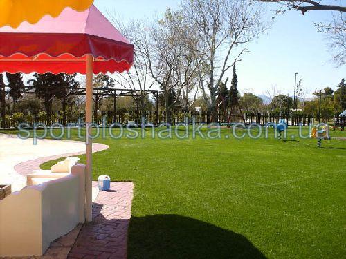 Синтетическая трава - очень практичное решение для детской игровой площадки
