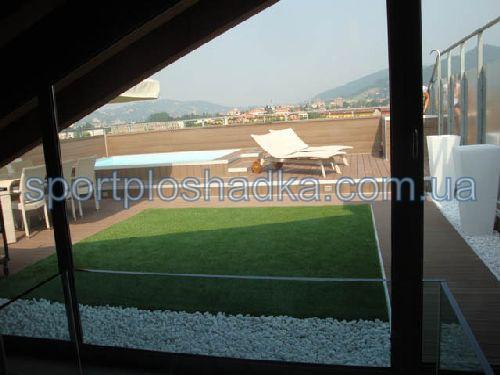 практичное решение - искусственная трава на крыше дома